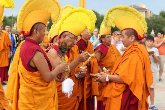Монахи на празднике