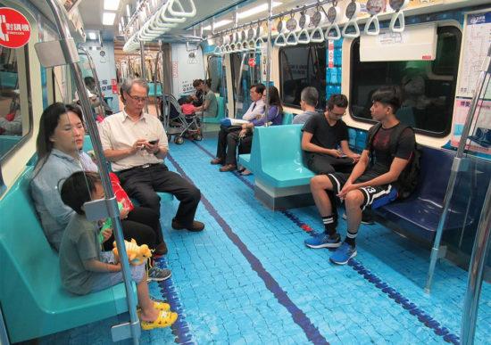 Люди в метро в Азии