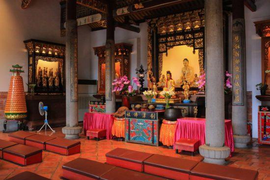 Внутри буддийского монастыря