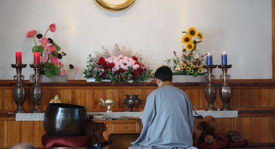 монах у алтаря