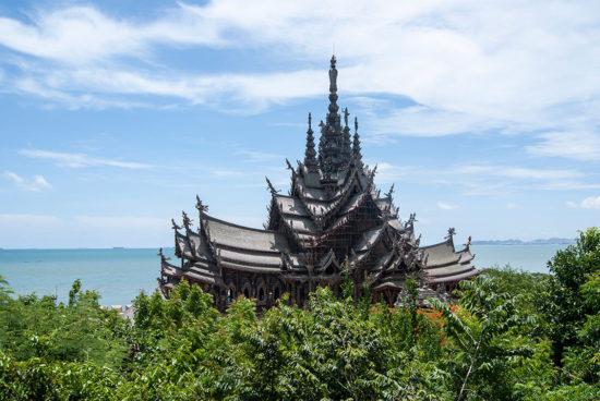 храм и деревья