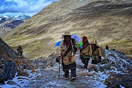 дорога с монахами