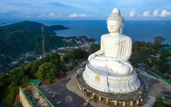 Буддийская статуя в Пхукете