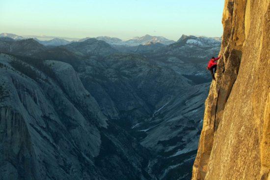 Человек взбирается на гору