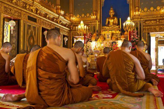 ламы в монастыре