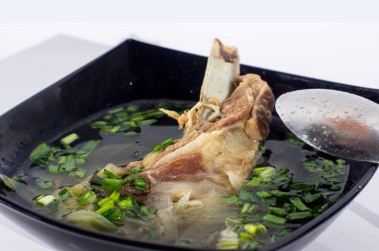 мясо на кости с зеленью