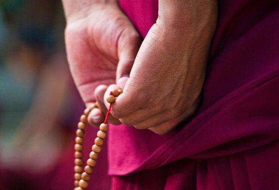 монах держит малы