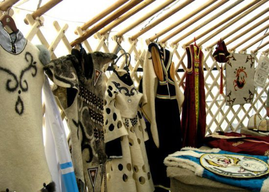 одежда и бижутерия в юрте