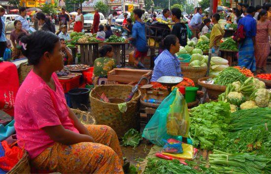женщины на улице торгуют