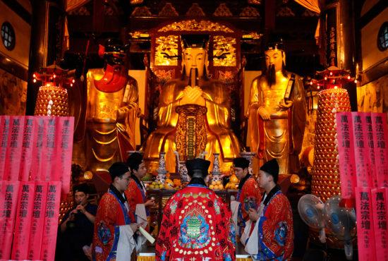 перед алтарем в даосском храме