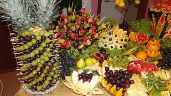 обилие фруктов на празднике