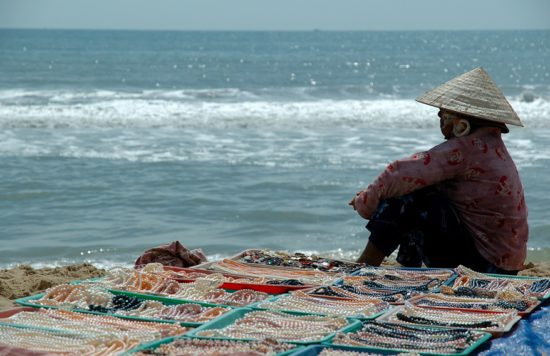 женщина на берегу с жемчужинами
