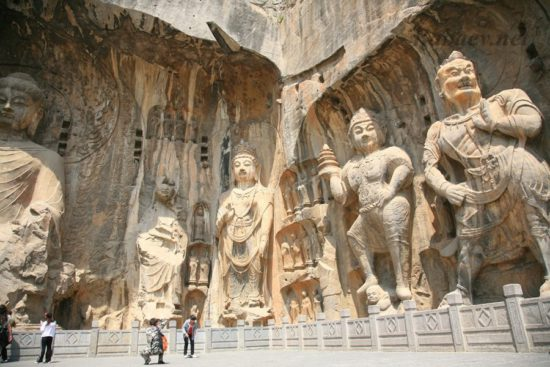 Статуи Будды в храмовом комплексе в Китае