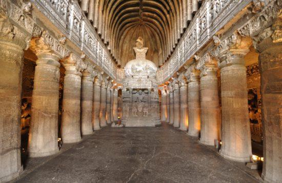 Колонны и статуя Будды