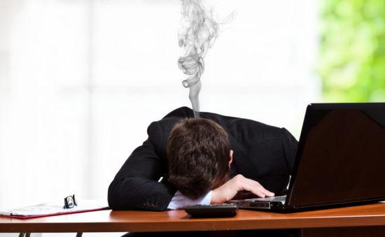Уставший человек на работе