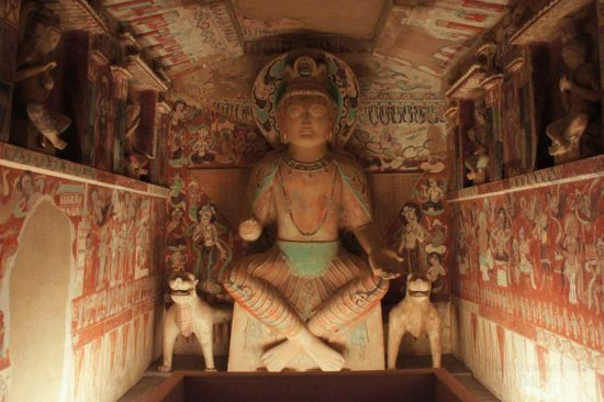 Статуя просветленного в храме