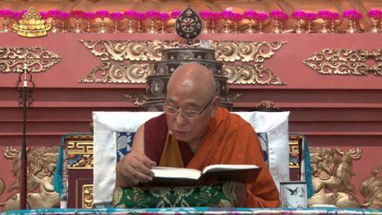 монах читает учение