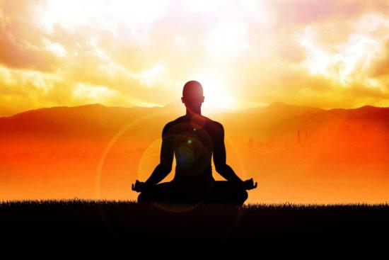 в позе медитации