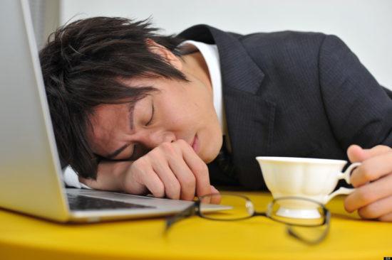 японец уснул за рабочим местом