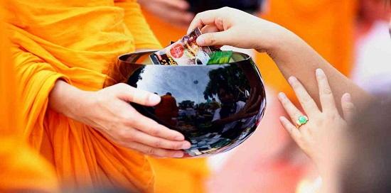 подношение монаху