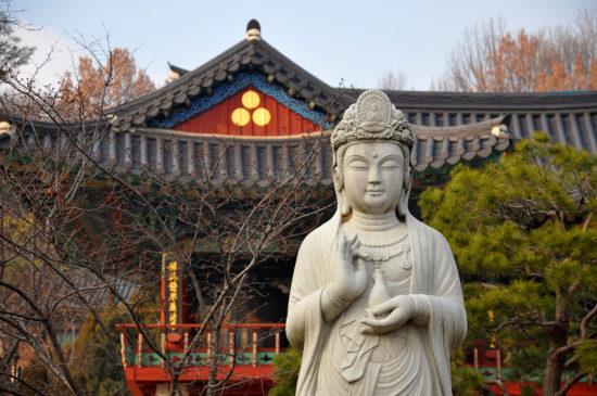 статуя будды у храма