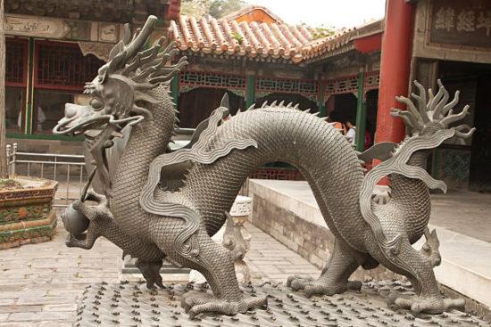 скульптура рядом с буддийским храмом