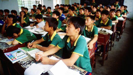 ученики за партами