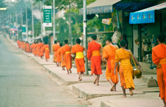 буддийские послушники на улице