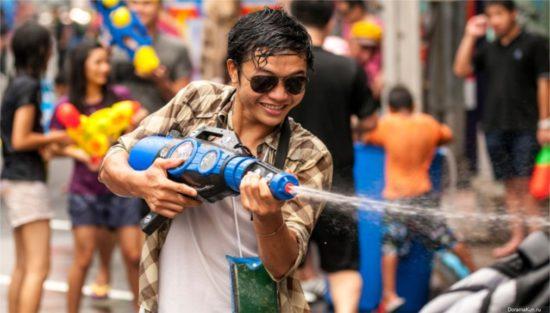 таец обливает водой в честь праздника