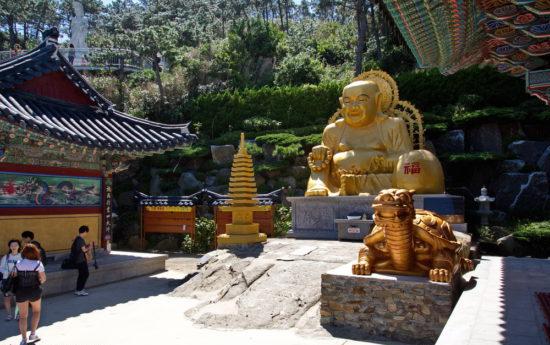 скульптуры на территории храма
