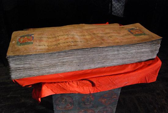 Священная книга буддистов