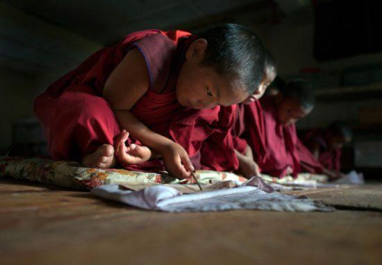 Маленькие монахи в монастыре
