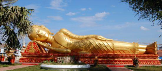 скульптура лежащего Будды