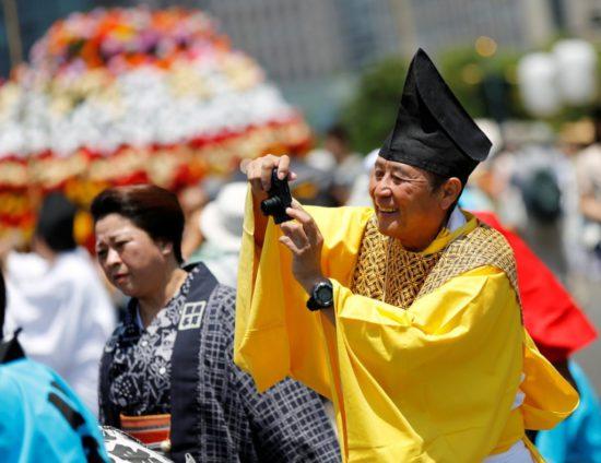 мужчина фотографирует