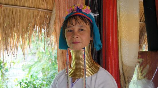 женщина с длинной шеей