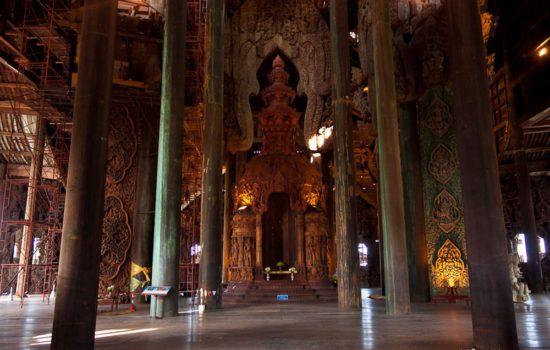 Внутри храма в Тайланде