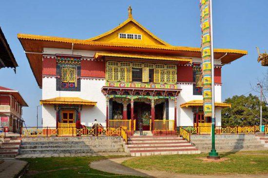 храм в горах Гималаев