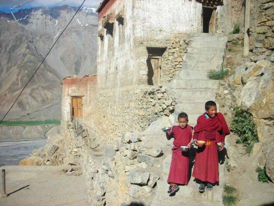 Мальчики монахи в буддийском монастыре