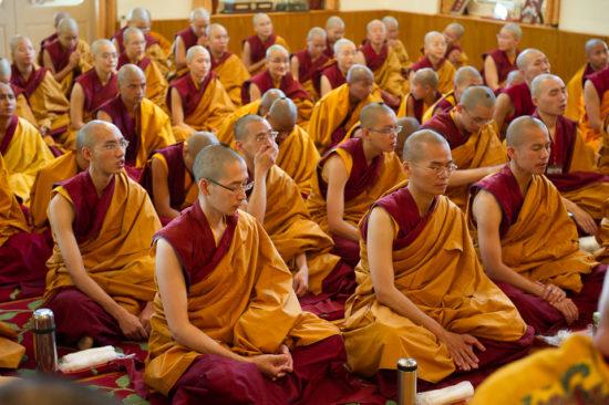 Монахи в молитве