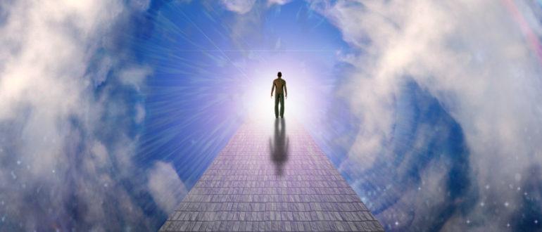 человек идет по лестнице в небе