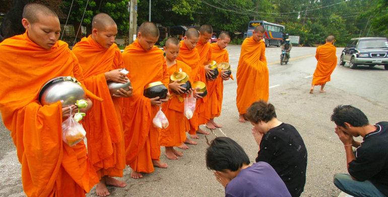 подношения монахам тхеравады