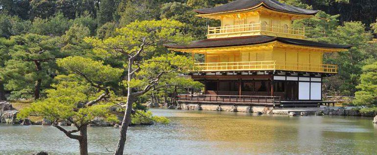 Монастырь рядом с озером