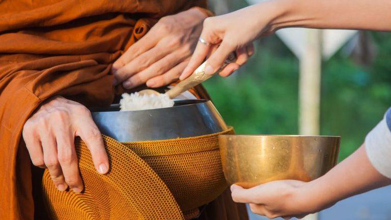 подношение в традиции тхеравады