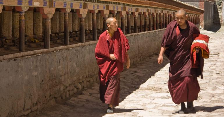 около монастыря в Тибете