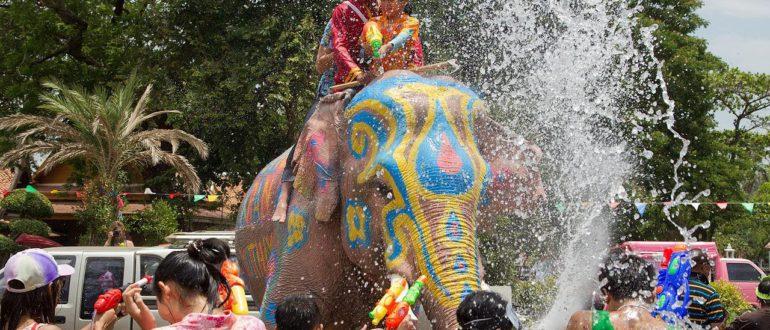 поливание водой в честь Сонгкрана